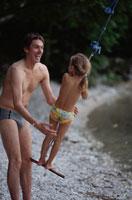 川で遊ぶ外国人親子 21069000450| 写真素材・ストックフォト・画像・イラスト素材|アマナイメージズ