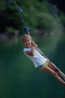 川で遊ぶ外国人の女の子