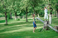 公園で遊ぶ外国人親子