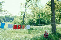草原に干した洗濯物 21069000485| 写真素材・ストックフォト・画像・イラスト素材|アマナイメージズ