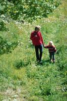 草原を歩く人 21069000505| 写真素材・ストックフォト・画像・イラスト素材|アマナイメージズ