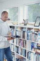 図書館で本を探す男性
