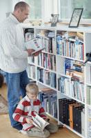 図書館で本を探す親子