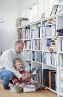 図書館で本を探す親子 21069000577| 写真素材・ストックフォト・画像・イラスト素材|アマナイメージズ