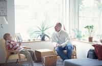 リビングルームで寛ぐ親子 21069000579| 写真素材・ストックフォト・画像・イラスト素材|アマナイメージズ