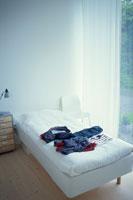 ベッドの上の子供服