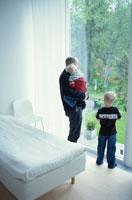 窓の外を見つめる外国人の親子