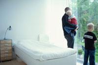 窓の外を見つめる外国人の親子 21069000683C| 写真素材・ストックフォト・画像・イラスト素材|アマナイメージズ