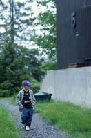 道を歩く外国人の男の子 21069000704B| 写真素材・ストックフォト・画像・イラスト素材|アマナイメージズ