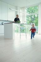 台所に立つ男性と遊ぶ子供 21069000718| 写真素材・ストックフォト・画像・イラスト素材|アマナイメージズ
