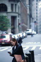 PDAを見る日本人OL 21069000769| 写真素材・ストックフォト・画像・イラスト素材|アマナイメージズ