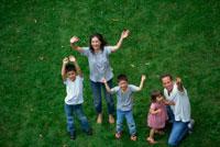 手を振る外国人家族