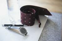 書類の上の時計やネクタイ等