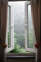 開けた部屋の窓