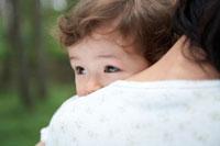 母親に抱っこされる女の子