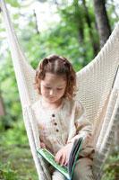 ハンモックで本を読む女の子