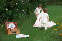 草原にシートを広げる姉妹