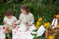 ピクニックで遊ぶ姉妹