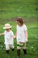 草原を歩く姉妹
