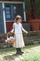 トルコキキョウの入ったカゴを持つ女の子