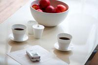 ローテーブルの上のコーヒーセットやネクタリン