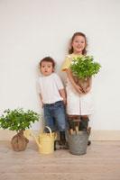 ガーデニンググッズや植木をもつ姉妹
