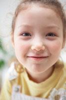 ハーフの女の子 21086000594B| 写真素材・ストックフォト・画像・イラスト素材|アマナイメージズ