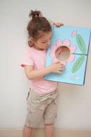花の絵で遊ぶ女の子