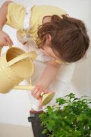 黄色いじょうろで水をやる女の子 21086000630| 写真素材・ストックフォト・画像・イラスト素材|アマナイメージズ