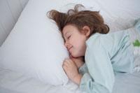 眠るハーフの女の子