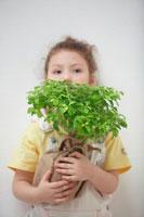 苗木を持ったハーフの女の子 21086000702| 写真素材・ストックフォト・画像・イラスト素材|アマナイメージズ