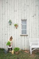 苗木を持ったハーフの女の子
