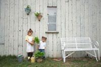 苗木を持ったハーフの姉妹 21086000713| 写真素材・ストックフォト・画像・イラスト素材|アマナイメージズ