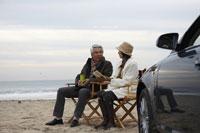 砂浜で語り合う男性と女性