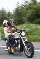 バイクに乗ったシニアカップル