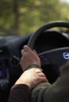車を運転するカップルの手元
