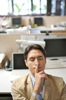 オフィスで考え込むビジネスマン 21087000035A| 写真素材・ストックフォト・画像・イラスト素材|アマナイメージズ