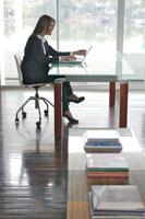 オフィスでパソコンを打つOL 21087000058| 写真素材・ストックフォト・画像・イラスト素材|アマナイメージズ