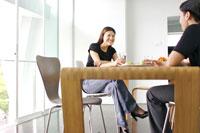 テーブルでおしゃべりをするカップル