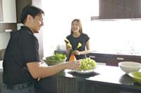 キッチンで花を生ける女性と男性