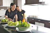 キッチンのカップルと食材