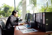 オフィスでパソコンを打つビジネスマン 21087000093| 写真素材・ストックフォト・画像・イラスト素材|アマナイメージズ