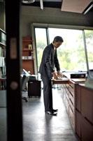 引き出しの中を見るビジネスマン 21087000099B| 写真素材・ストックフォト・画像・イラスト素材|アマナイメージズ