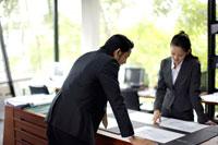 立って資料を見るビジネスマンとOL 21087000118A| 写真素材・ストックフォト・画像・イラスト素材|アマナイメージズ