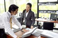 立って資料を見るビジネスマンとOL 21087000122E| 写真素材・ストックフォト・画像・イラスト素材|アマナイメージズ