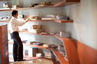 棚の家の模型を見るビジネスマン 21087000128A| 写真素材・ストックフォト・画像・イラスト素材|アマナイメージズ
