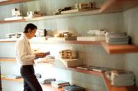 棚の本を見るビジネスマン 21087000130| 写真素材・ストックフォト・画像・イラスト素材|アマナイメージズ