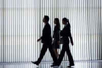 歩くビジネスマンと2人のOLのシルエット 21087000216| 写真素材・ストックフォト・画像・イラスト素材|アマナイメージズ