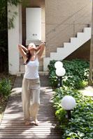 木道を歩く女性 21087000265A| 写真素材・ストックフォト・画像・イラスト素材|アマナイメージズ