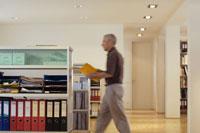 書類を持って歩く男性 21087000296A| 写真素材・ストックフォト・画像・イラスト素材|アマナイメージズ